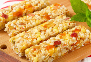 000656 0012 000268 300x205 Cereal bars with pieces of dried apricot and apple
